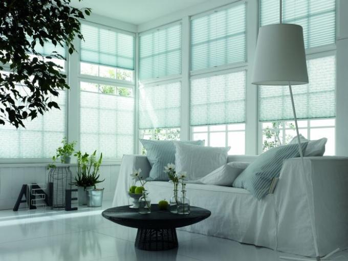 am fenster ob sichtschutz sonnenschutz oder verdunkelung. Black Bedroom Furniture Sets. Home Design Ideas